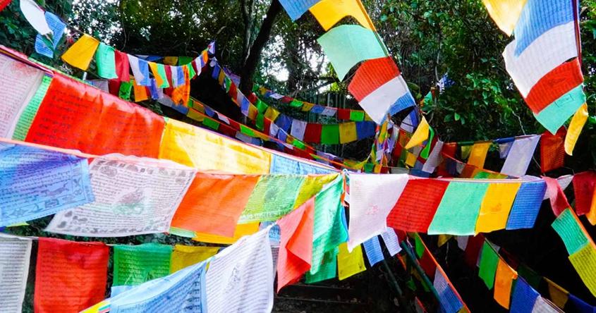【西藏偽旅行】五彩經幡隨風飄揚 山上滿佈彩旗寓意吉祥?